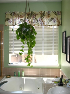 The addition of the rounded leaf plant is good feng shui for the bathroom.